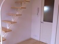 ロフト階段・キチンと玄関へのドア
