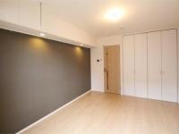 落ち着いた壁の色.バルコニー側から見た洋室