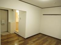 洋室から見た玄関と脱衣所
