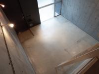 ロフトから見下ろした8.7帖洋室と玄関